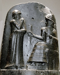 Code de Hammurabi, roi de Babylone ; face avant, bas-relief. Reproduced under Creative Commons 3.0